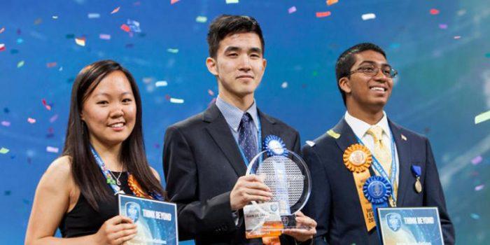 Austin Wang (tengah) pelajar asal Vancouver, Kanada yang menjadi pemenang utama Intel ISEF 2016 bersama pemenang kedua dan ketiga yang diraih oleh Kathy Liu (kiri) dari Salt Lake City, Utah dan Syamantak Payra (kanan) dari Friendswood, Texas, AS.