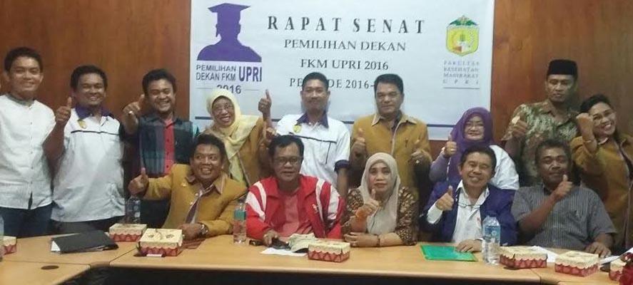 Dekan FKM UPRI Makassar periode 2016-2020, Dr.Arlin Adam, M.Si (duduk kiri) bersama anggota senat FKM dan civitas atademika lainnya usai terpilih jadi dekan periode keduanya. (foto:andi alim)