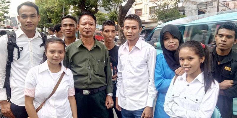 Ketgam: Wakil Rektor 1, Arda Senaman (keempat dari kiri) foto bersama dengan mahasiswa asal NTT di kampusnya Jl. Veteran Selatan Makassar, Senin, 13 Juni 2016. (foto:yahya)