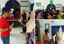 Mudzakkir Ali Djamil, Ketua Komisi D DPRD Makassar membagikan paket sembako Ramadhan kepada warga di jalan Tidung kelurahan Bontomakkio, kecamatan Rappocini, Sabtu (25/6/2016).