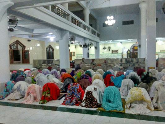 Suasana sholat tarawih malam pertama di salah satu masjid di kabupaten Sinjai, Sulawesi Selatan