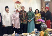 Walikota Makassar Ramdhan Pomanto (keempat dari kiri) didampingi isteri, Indira Jusuf Ismail (ketiga dari kiri) foto bersama Ketua Yayasan Jantung Indonesia Sulsel, Majdah M Zain (kelima dari kiri), serta beberapa pengurus YJI Sulsel, yakni Hj Jawahir Latif (keempat dari kanan), Sherly Farouk Beta (ketiga dari kanan), Sekretaris Deli Djafar (kedua dari kanan), Mesra Kadir (paling kanan), Jamal (paling kiri), dan Asnawin Aminuddin, di Rujab Walikota Makassar, Jumat, 19 Agustus 2016. (ist)