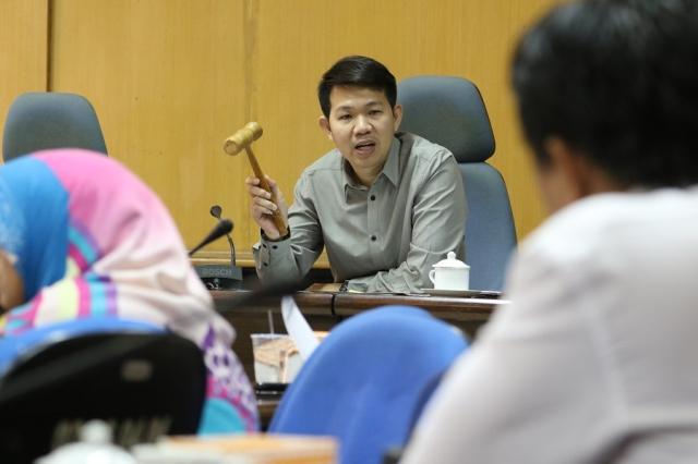 Erick Horas, Wakil Ketua II DPRD Kota Makassar yang juga Koordinator Badan Musyawarah (Bamus) DPRD Kota Makassar memimpin rapat yang membahas jadwal pelaksanaan kegiatan Anggota Dewan untuk bulan Oktober hingga November 2016, Senin (17/10/2016).