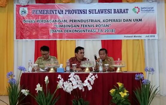 Para pejabat, penyelenggara Bimtek dari Bidang Industri Dagperinkop Sulbar serta Pejabat tuan rumah Polman