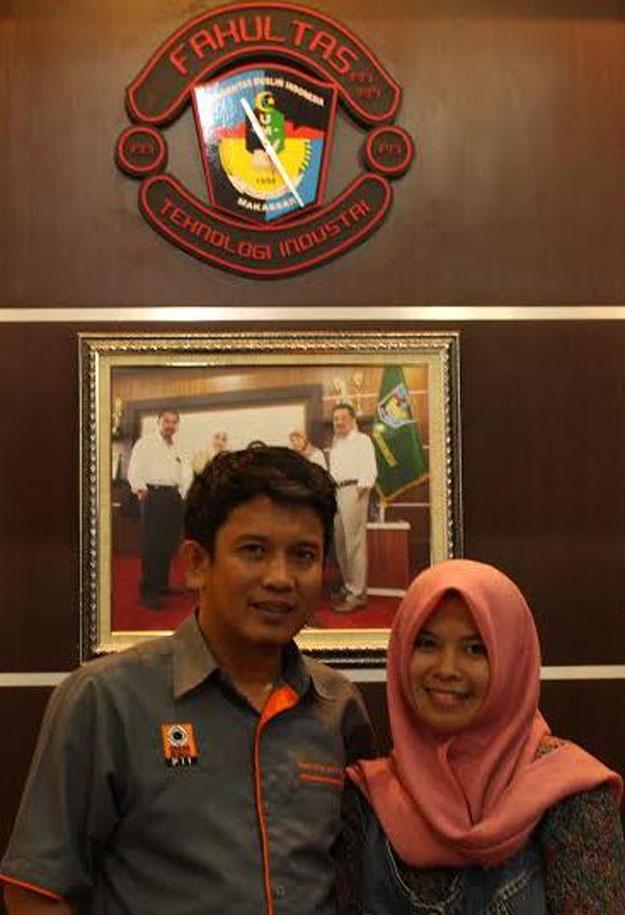 Dekan FTI UMI Makassar, Zakir Sabar bersama penulis di ruang kerjanya. (foto:ist)