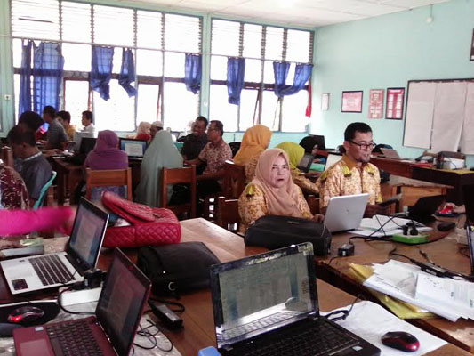 Sejumlah guru se-Sulsel mengikuti kegiatan pelatihan kurikulum 2013 bagi guru mengajar SMA pada induk klaster. Pelatihan ini dilaksanakan mulai Rabu-Senin, 15-20 Juni 2015